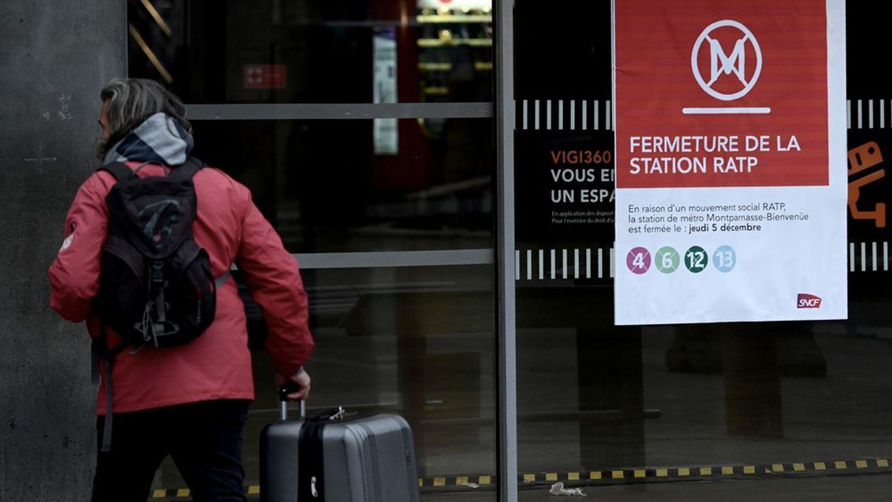 Une station de métro fermée ce jeudi. Les grévistes de la RATP et de la SNCF s'opposent à la suppression des régimes spéciaux de retraite dont bénéficient les salariés des deux entreprises.