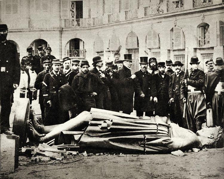 Symbole de l'Empire, la colonne Vendôme est abattue par les communards, le 16 mai 1871.