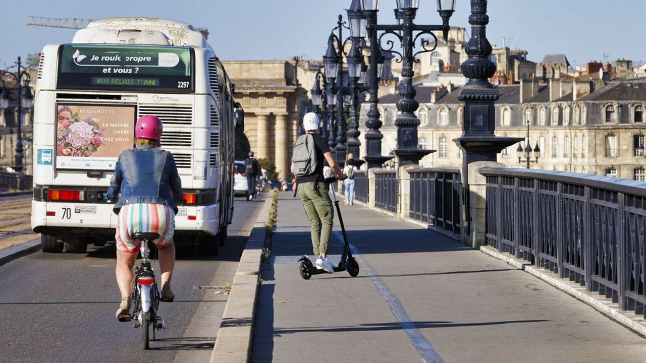 Bus, vélos et trottinettes se partagent le pont de pierre à Bordeaux (Gironde).