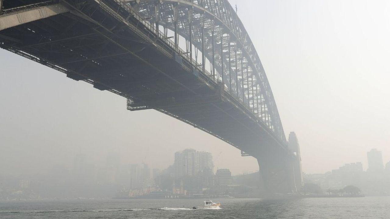 Un brouillard de fumée plane sur le pont du port de Sydney.