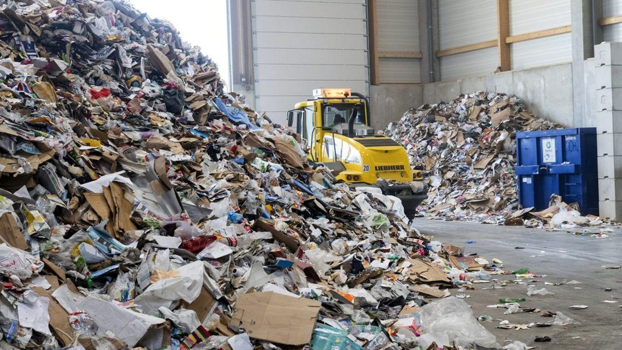 Aujourd'hui, la France collecte et recycle plus de 70% des bouteilles en plastique au foyer des particuliers mais quasiment pas le hors foyer (l'espace public: rues, etc.), où de 15% à 20% des bouteilles et canettes sont consommées.
