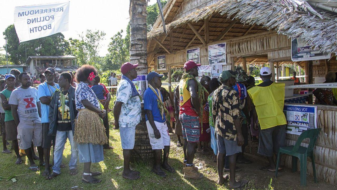 98% des 200.000 habitants de Bougainville appelés à voter se sont prononcés en faveur de l'indépendance de l'île vis-à-vis de la Papouasie-Nouvelle Guinée.