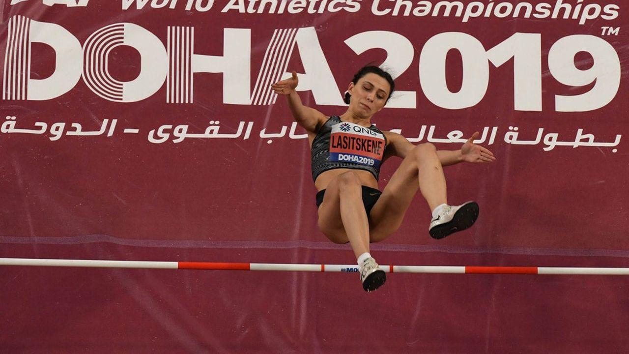La championne russe de saut en hauteur Maria Lasitskene, photographiée ici lors de la finale des 17esChampionnats du monde d'athlétisme au Qatar en septembre2019, ne cesse de s'élever contre les autorités russes sportives après la décision de l'Agence mondiale antidopage qui a exclu pendant quatre ans la Russie des JO.