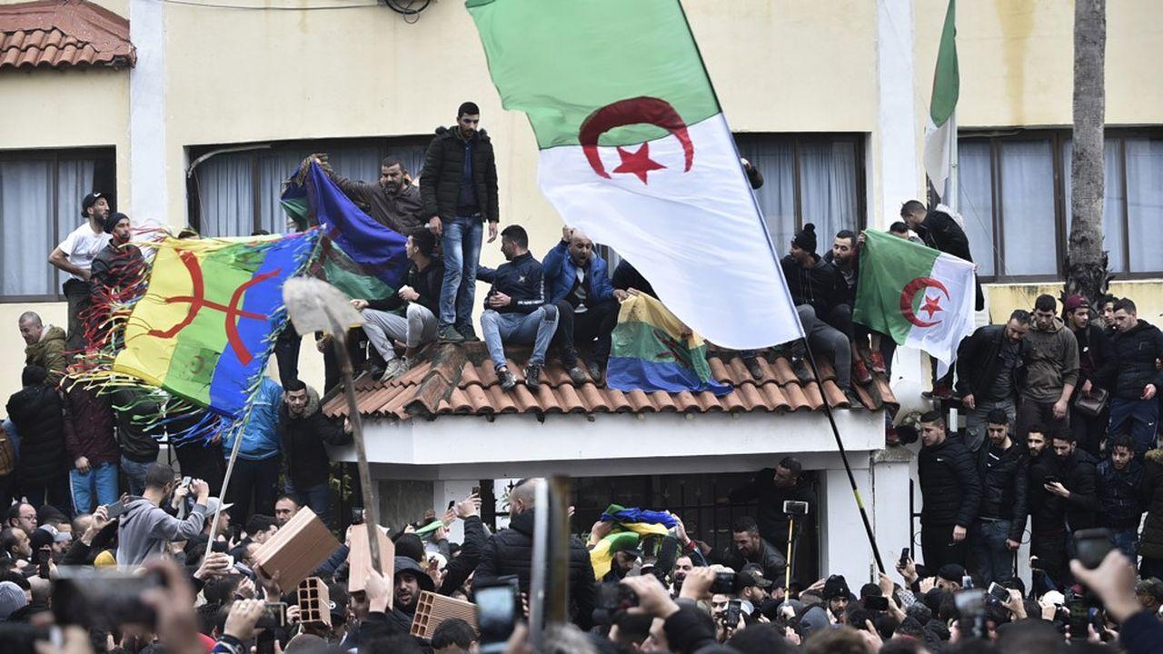 Des manifestants brandissent des drapeaux algériens et berbères dans la ville de Tizi-Ouzou, pour protester contre la tenue du scrutin présidentiel controversé.