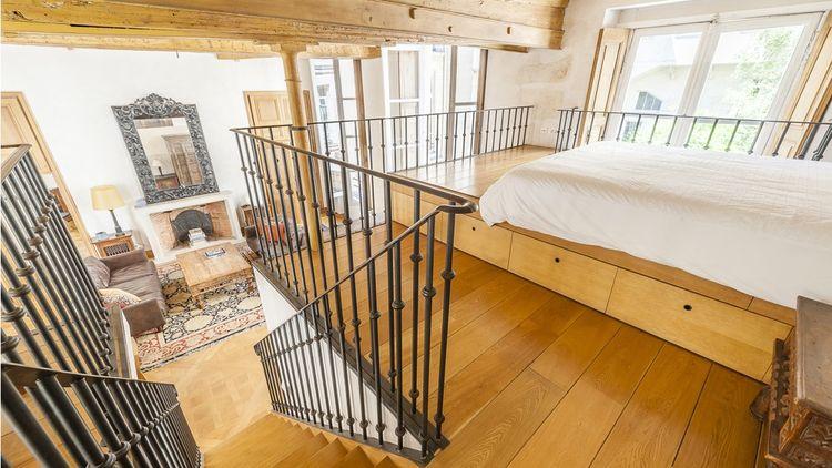 Cet appartement de standing compte deux chambres, dont une en mezzanine.
