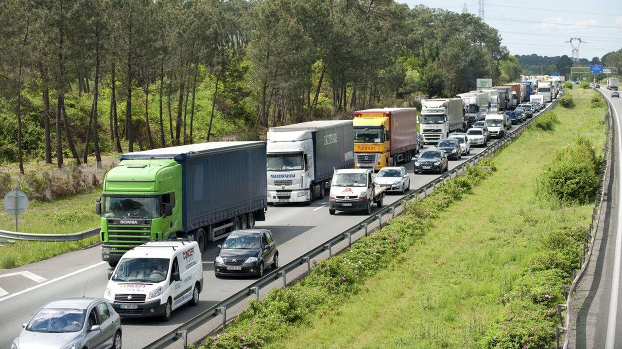 Accident de la circulation, 3 poids lourds, camions, Embouteillage de 18km, bouchon, circulation, route