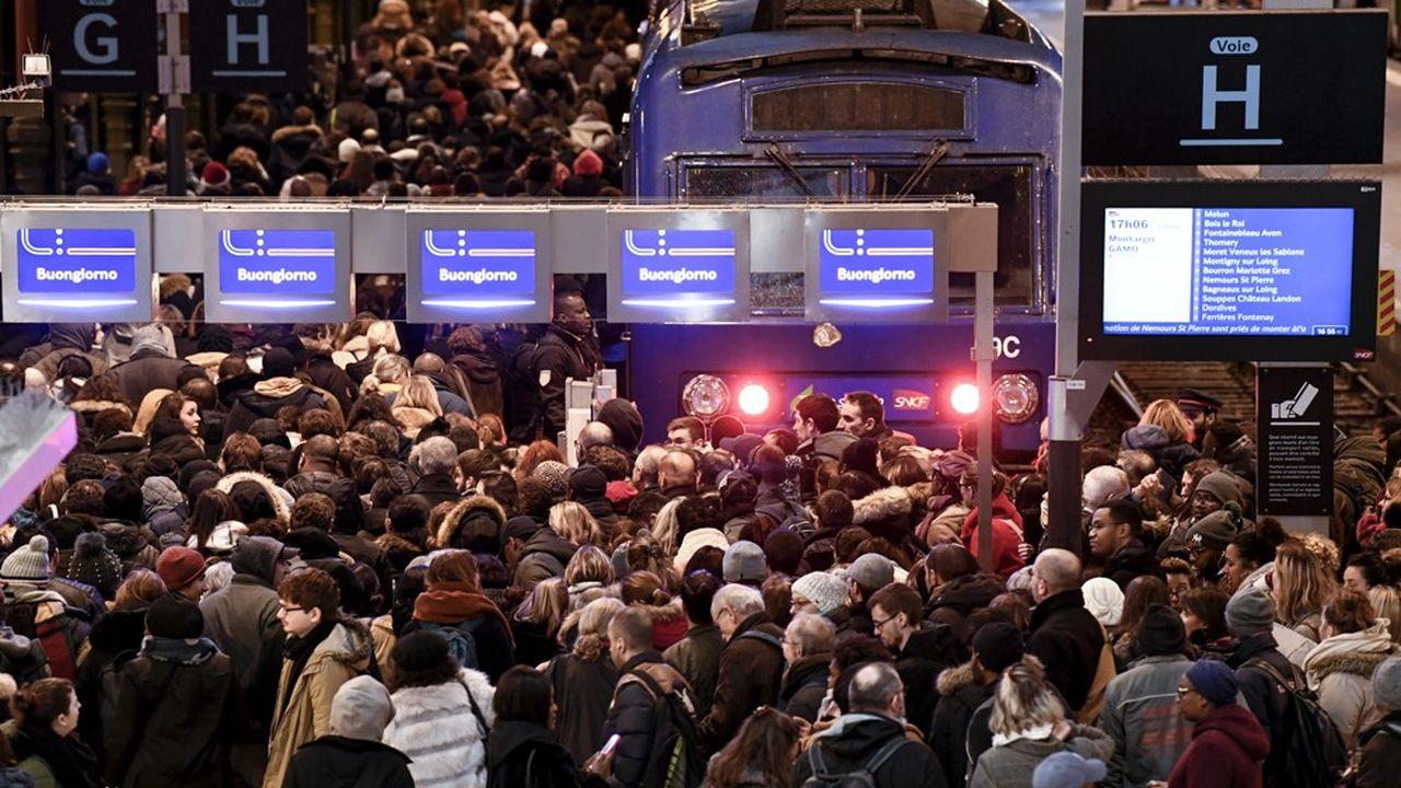 A l'image de la gare de Lyon (ici en photo), la plupart des gares sont saturées en raison de la mobilisation massive du personnel roulant chez la SNCF.