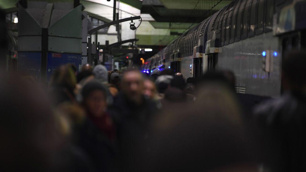 La CGT-Cheminots et Sud-Rail, très majoritaires parmi les conducteurs de trains, agitent le spectre d'une grève pendant le chassé-croisé des fêtes.