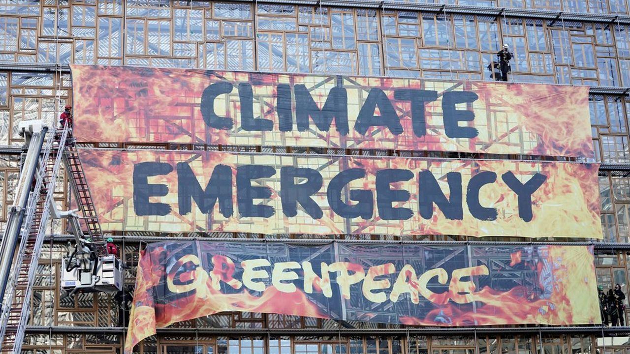 Des militants de Greenpeace sont parvenus à afficher sur le siège du Conseil européen, à Bruxelles, une grande bannière alertant de «l'urgence climatique», peu avant la réunion des chefs d'Etat et de gouvernement jeudi.