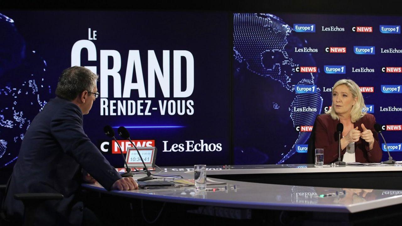 «L'objectif de la réforme des retraites et de la mise en oeuvre d'un système par point, c'est de faire bouger la valeur du point, comme c'est le cas en Suède où il a baissé troisfois en dixans», fait valoir Marine Le Pen.