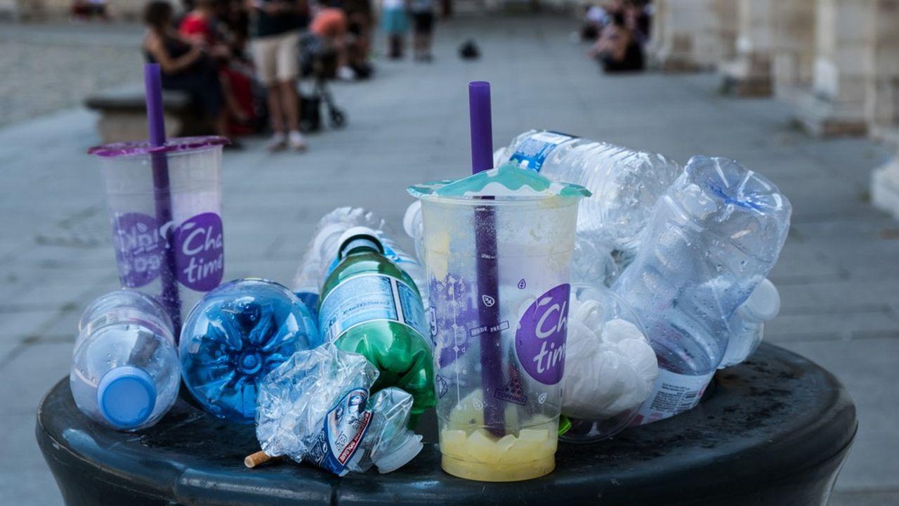 Les députés ont réduit les ambitions à court terme, ramenant l'objectif de 35% d'emballages boissons réutilisés ou réemployés en 2025 (dont les bouteilles en verre) à 10% d'emballages réemployés (boisson ou pas) en 2027. Ils ont, en revanche, voté la fin des emballages plastique à usage unique en 2040.