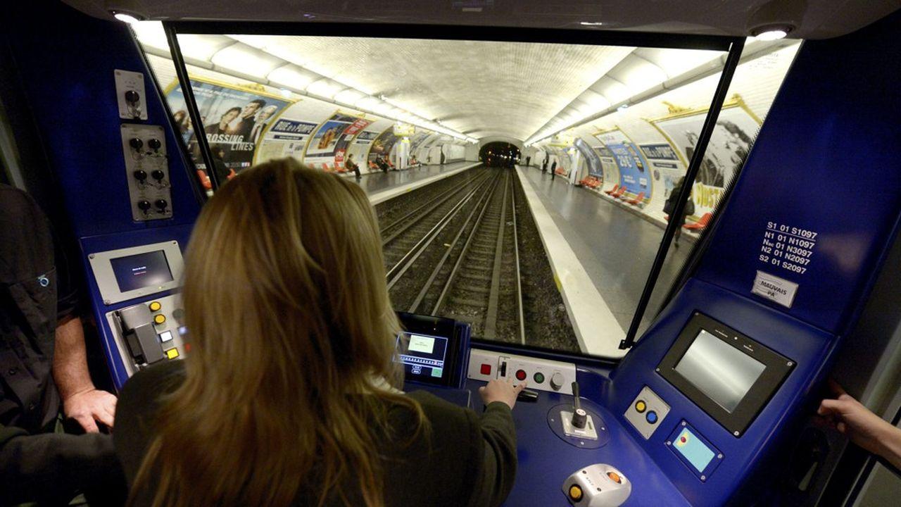 Une conductrice du métro parisien, à la station Porte de Saint Cloud.