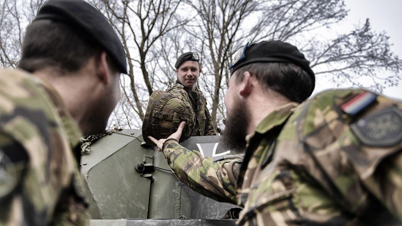 Depuis l'adoption par les Pays-Bas d'un char allemand, les armées de terre néerlandaise et allemande collaborent de plus en plus. La rationalisation du nombre d'équipements constitue un préalable à l'émergence d'une éventuelle armée européenne.