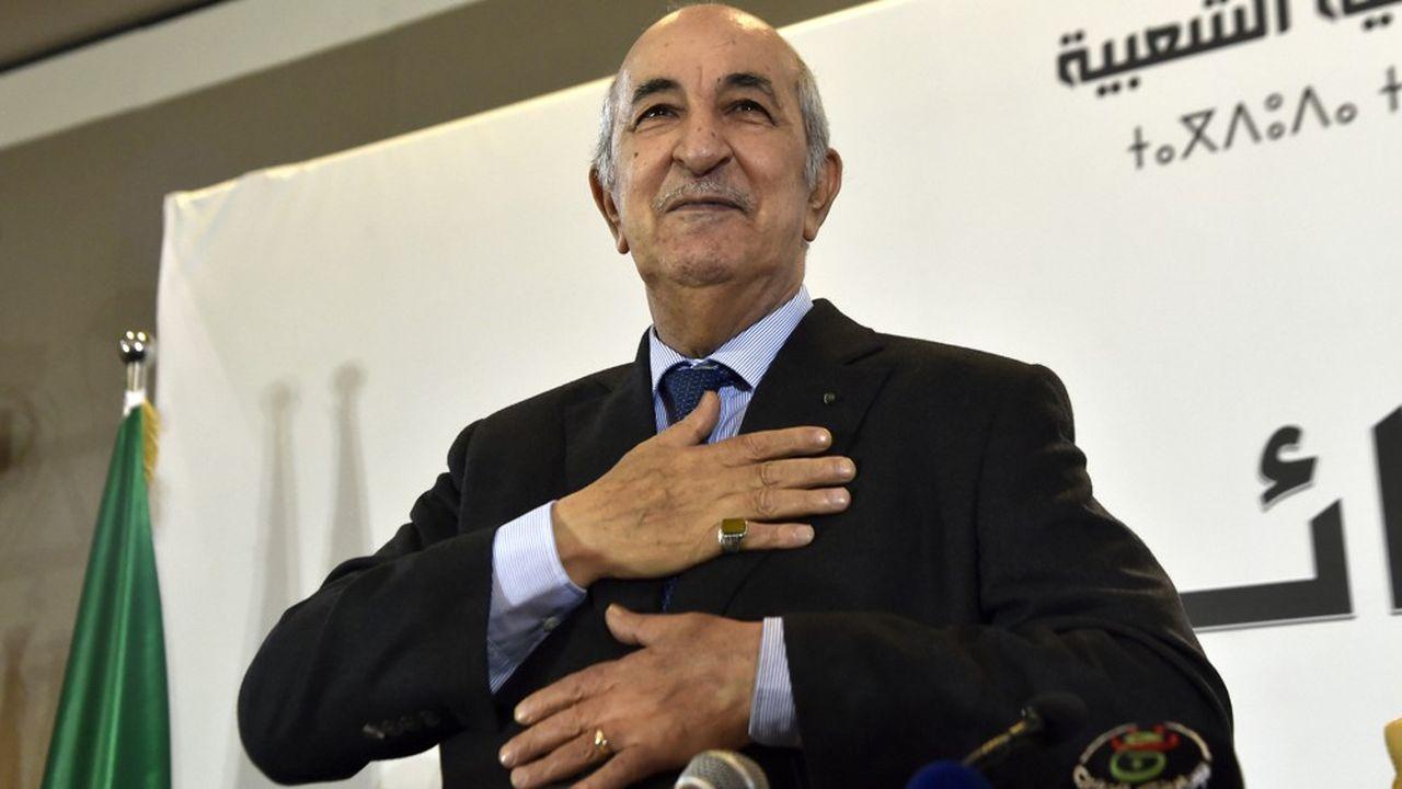 Abdelmadjid Tebboune salue ses supporters lors d'une conférence de presse, vendredi à Alger.