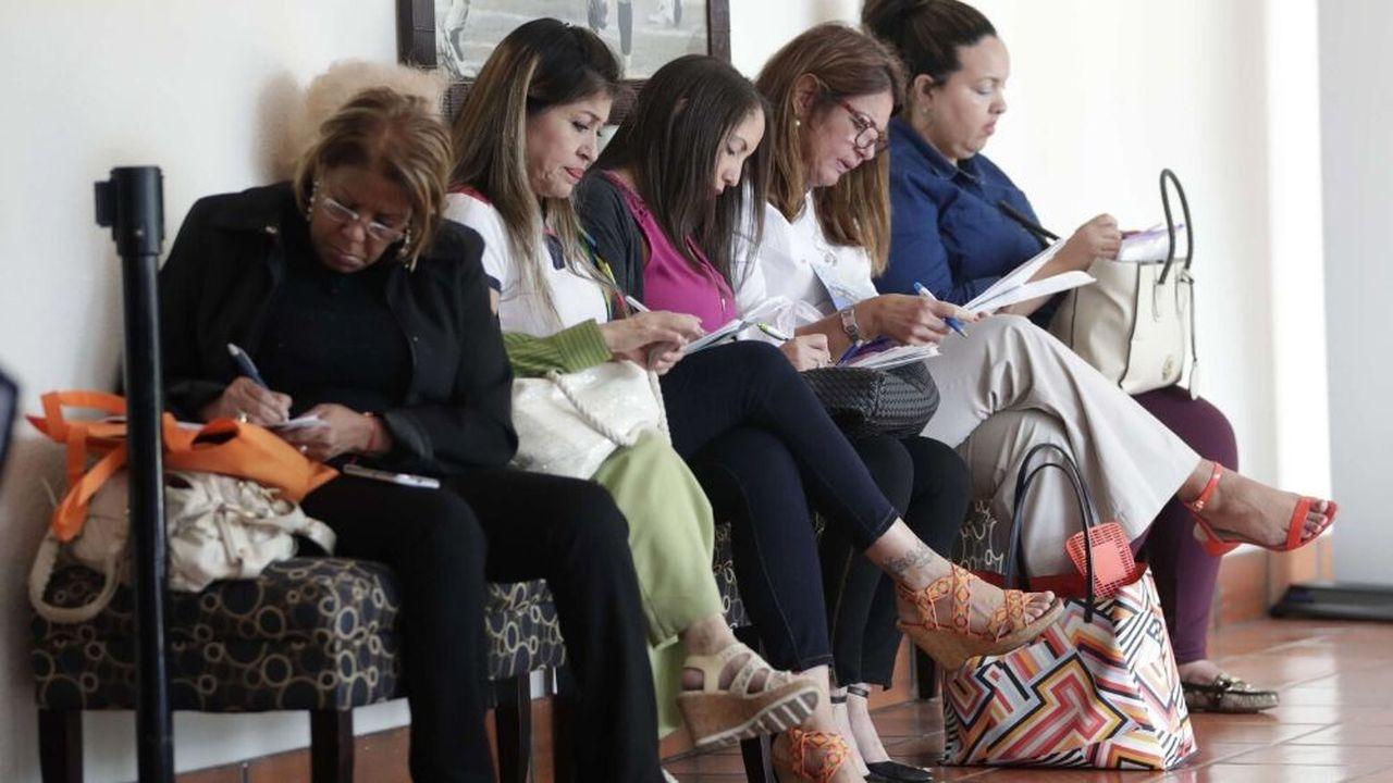 Des femmes remplissent des demandes d'emploi lors du salon JobNewsUSA à Miami Lakes, en Floride.