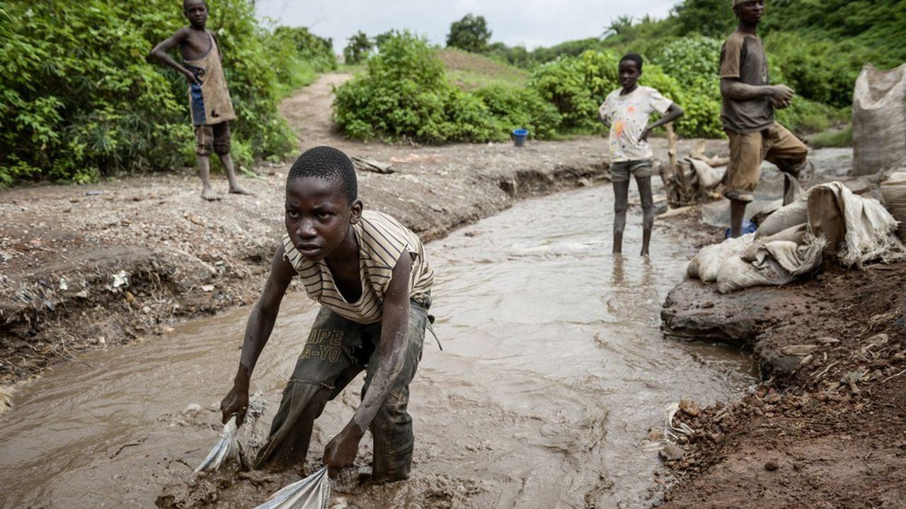 Un enfant en RDC lavant du minerai, dans la province du Katanga.