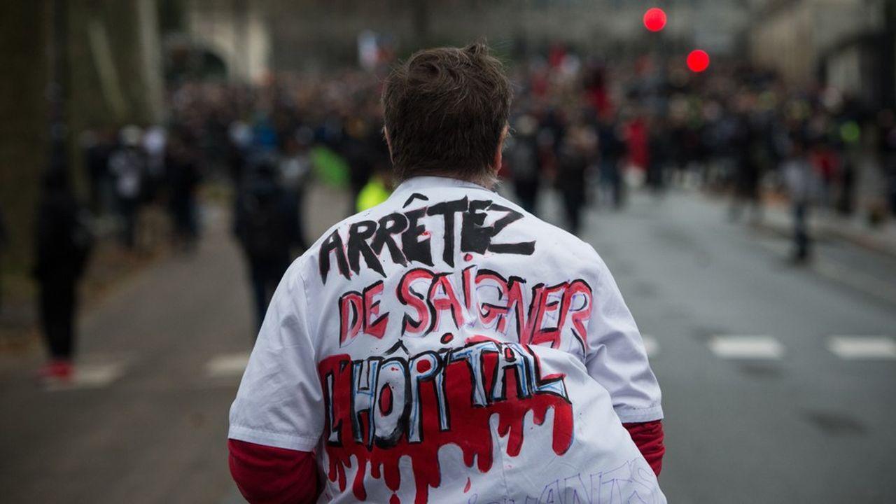 Plus de 10.000 personnes selon les organisateurs, 7.500 selon la police, avaient défilé à Paris le 14novembre, lors de la première journée d'action du personnel hospitalier.