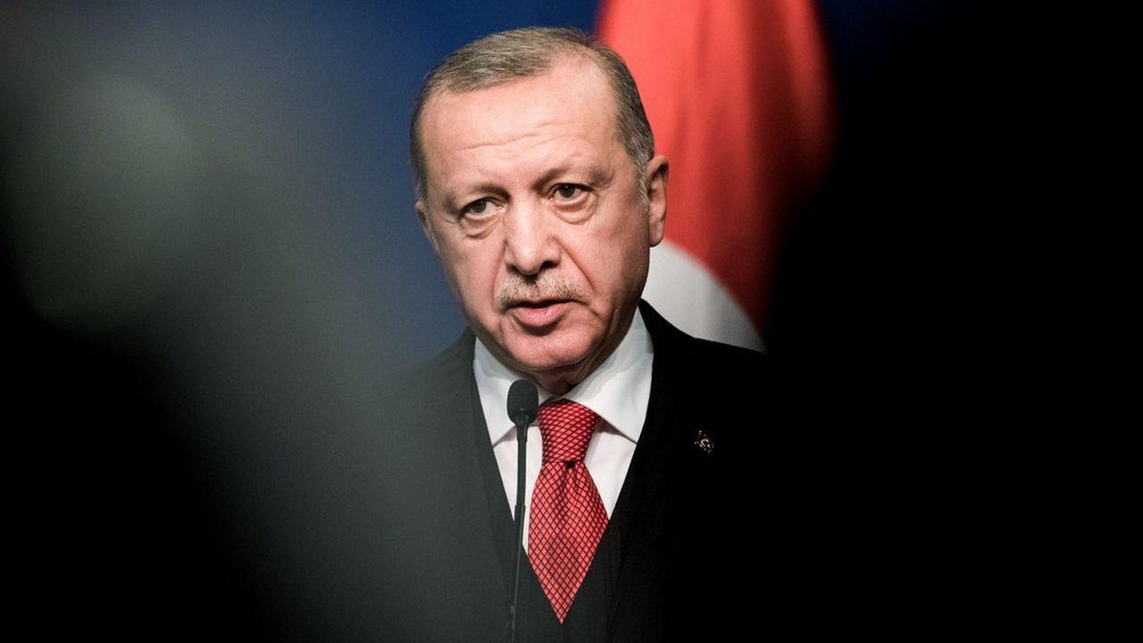 En froid avec les Etats-Unis, le président turc Recep Tayyip Erdogan a menacé dimanche de fermer deux bases de l'OTAN, à Incirlik et Kürecik, se dit prêt à envoyer des troupes le soutenir contre le maréchal Khalifa Haftar, l'homme fort de l'est de la Libye.
