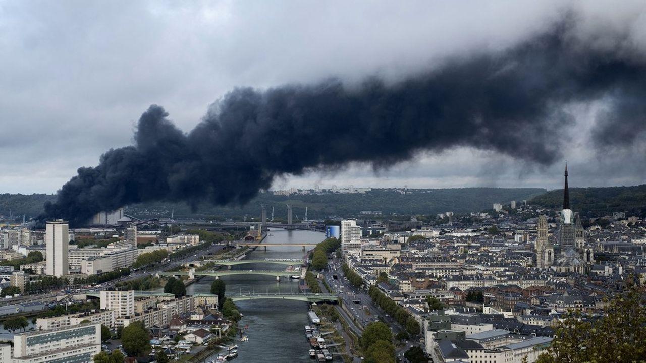 Un épais nuage noir se forme au-dessus de Rouen émanent de l'incendie de l'usine Lurbizol.