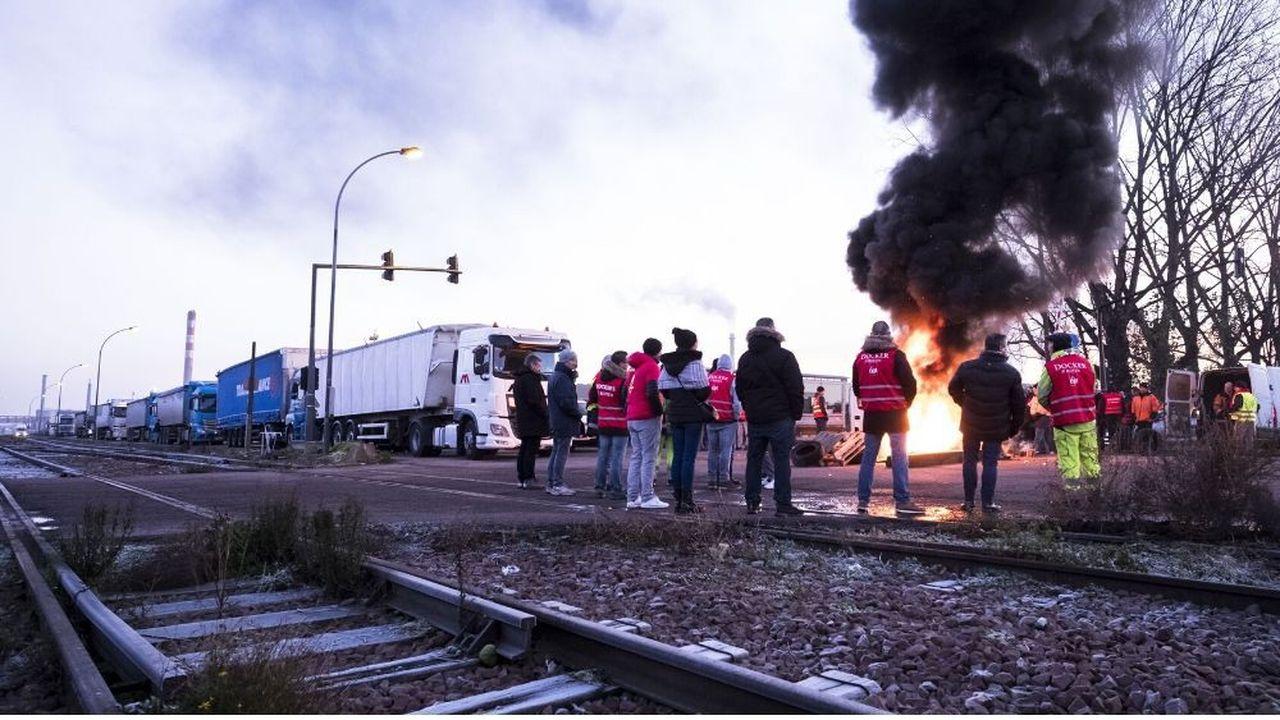 Le 10décembre, deux barrages filtrants bloquent l'accès à la zone industrielle du port de Rouen au niveau de la Chapelle-d'Arblay.