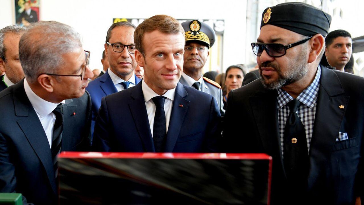 Le président de la République Emmanuel Macron (au centre) et le roi Mohamed VI (à droite) lors de l'inauguration d'une ligne à grande vitesse au Maroc en novembre2018.