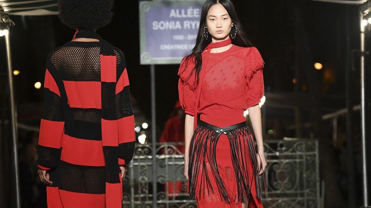 La marque Sonia Rykiel résonne encore dans l'univers de la mode. Avec des codes très forts, comme la maille et les rayures colorées.