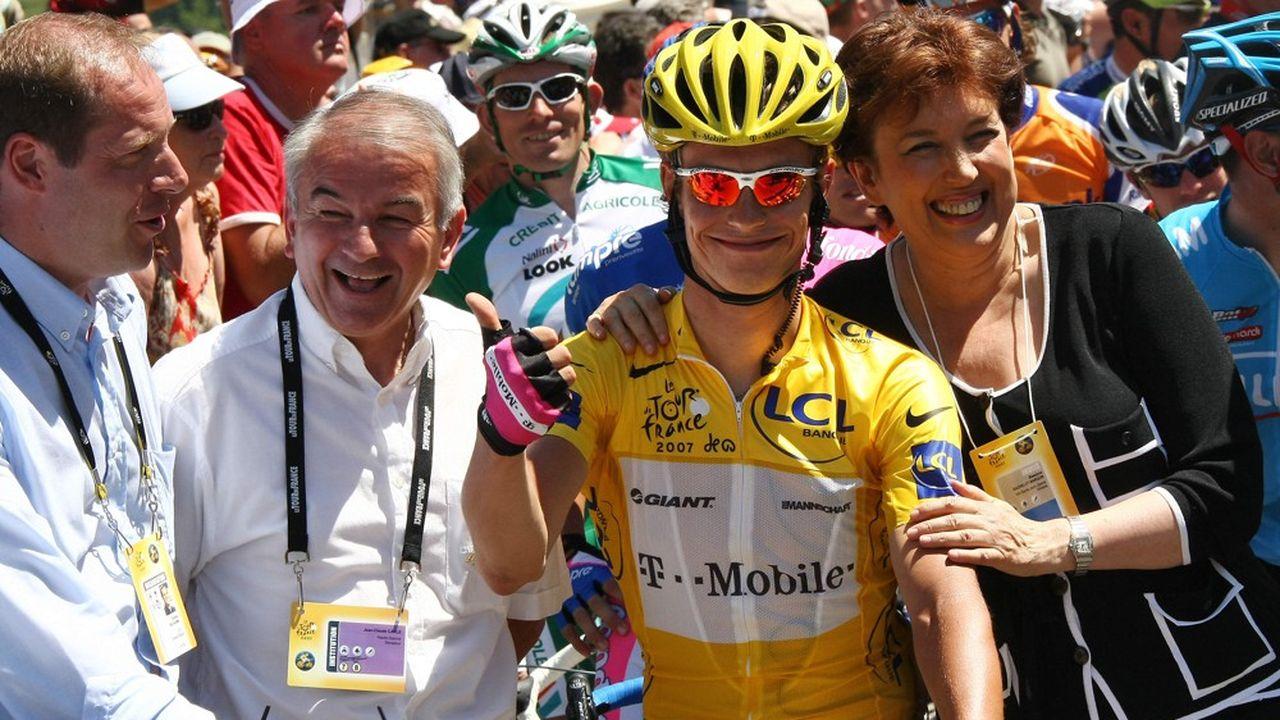 Jean-Claude Carle (deuxième en partant de la gauche) avant le départ d'une épreuve du Tour de France entre Le Grand-Bornand et Tignes, le 15 juillet 2007.