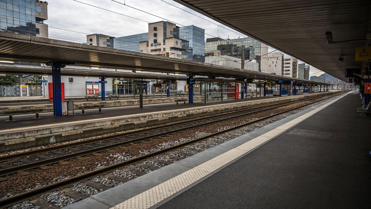 Ce vendredi, la grève en sera à son seizième jour à la SNCF comme à la RATP. Le dernier conflit social ayant impacté les départs en vacances de Noël remonte à 1986.