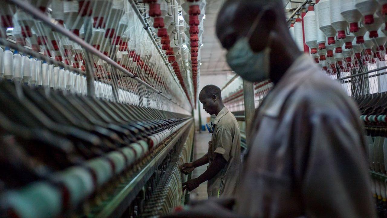 L'industrie africaine reste essentiellement liée au secteur des matières premières et à la transformation de productions agricoles. Mais certains pays tentent de mettre un terme aux importations de produits de seconde main, comme avec cette usine d'uniformes pour l'armée, à Kigali au Rwanda.