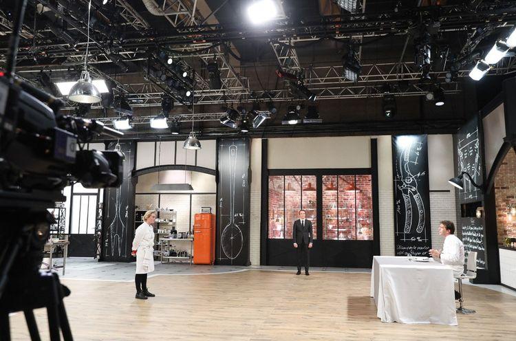 Sur le plateau de Top Chef, saison 10 (2019). Yannick Alléno juge le plat de la candidate Alexia, sous les yeux de l'animateur Stéphane Rotenberg (au fond).