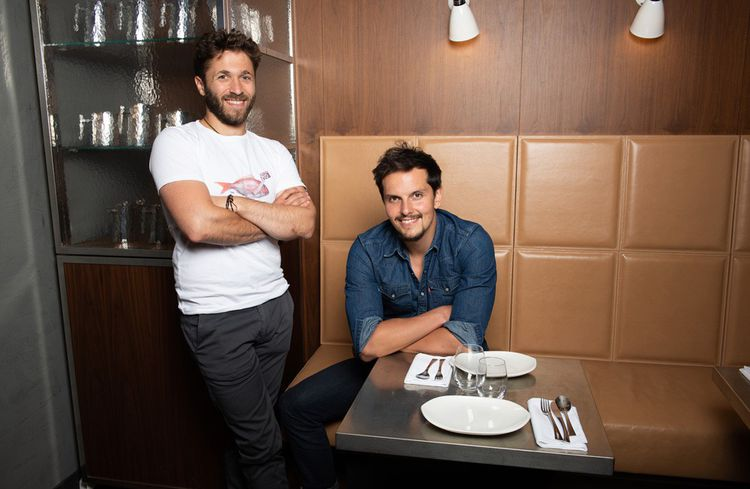 Pour Cuisine Impossible, sur TF1, les chefs Julien Duboué (debout) et Juan Arbelaez se lancent un défi.