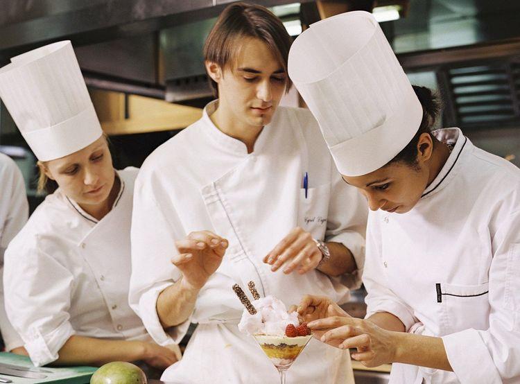 Le jeune Cyril Lignac (au centre) est le «héros» de Oui, Chef!, docu-réalité réalisé en 2005.