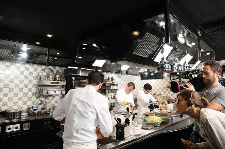 Sur le tournage de la saison 9 de Top Chef (diffusé en 2018 sur M6), qui verra gagner Camille Delcroix (au centre avec les lunettes).