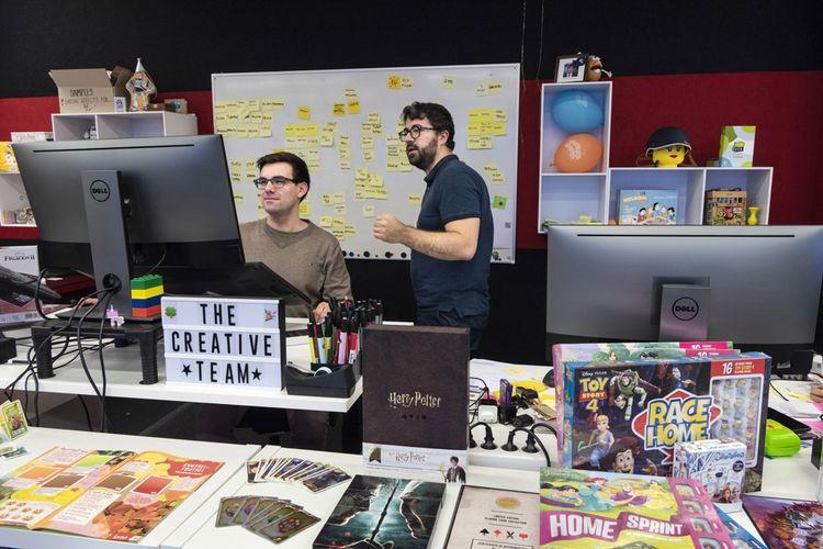 La«Creative Team» de Cartamundi conçoit les visuels des jeux créés en interne, et commercialisés sous la marque Shuffle. Mais l'entreprise fabrique surtout les jeux de grands éditeurs tels que Hasbro ou Mattel.