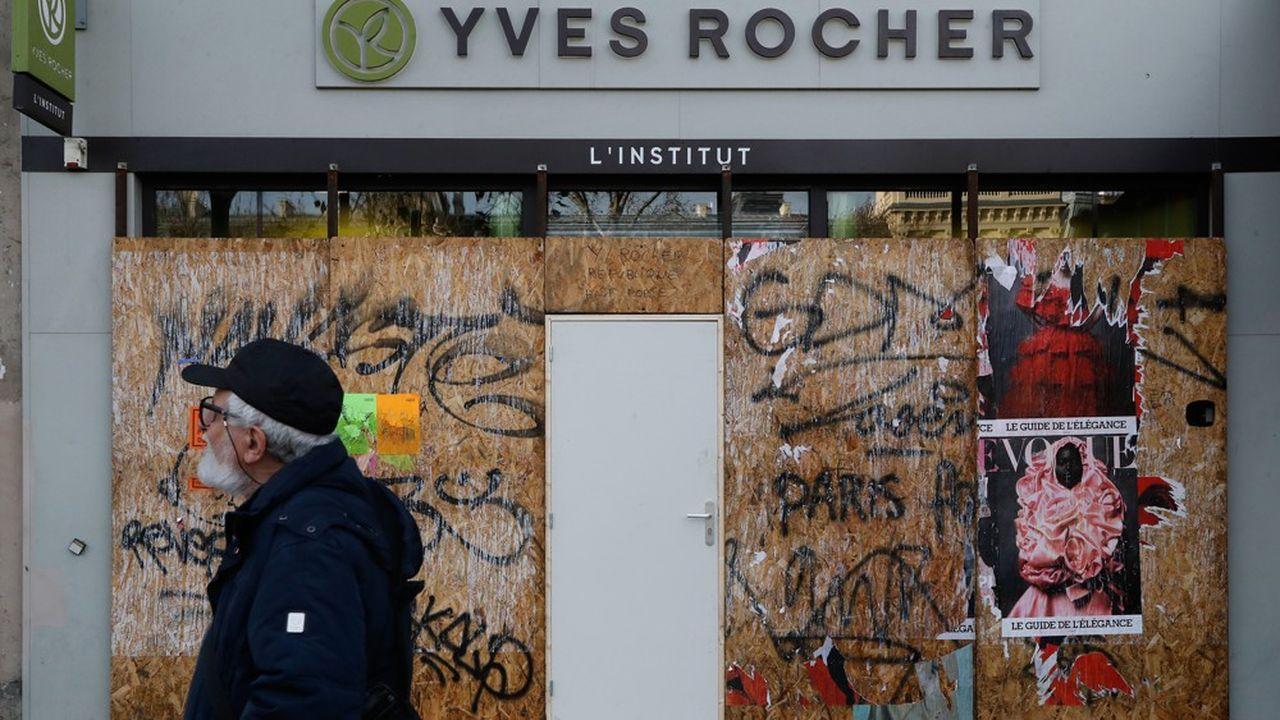 Les commerces parisiens souffrent de la grève contre la réforme des retraites qui paralyse la capitale.