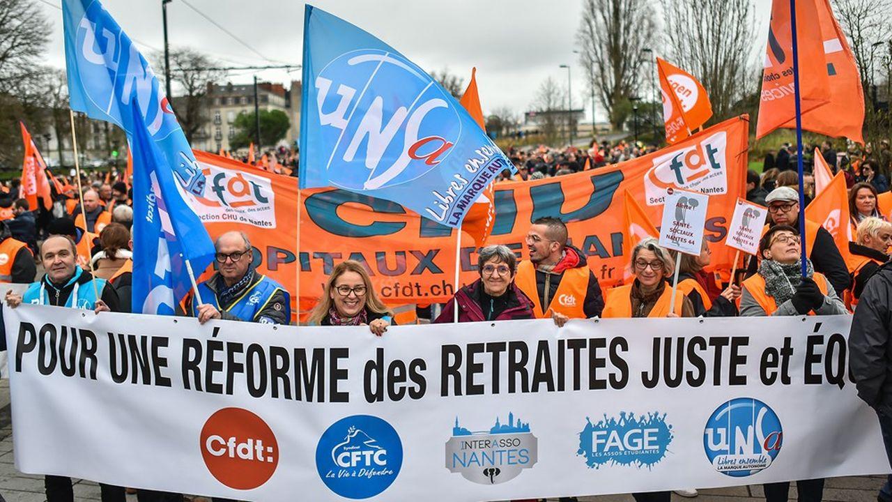 A la SNCF, le taux de grévistes global est en baisse mais la base hésite fortement à accepter l'idée d'une trêve sociale pour les Fêtes.