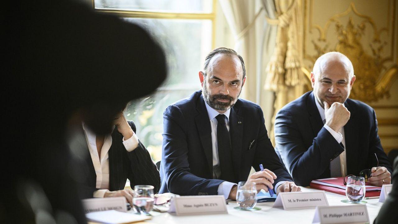Le Premier ministre Edouard Philippe, ici avec le secrétaire d'Etat aux Retraites, Laurent Pietraszewski, va finaliser ce lundi matin le programme de travail et le calendrier de concertations avec les partenaires sociaux qui reprendront début janvier.
