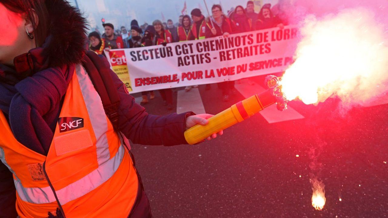 Une cinquantaine de personnalités appellent à soutenir financièrement les cheminots grévistes — SOCIETE
