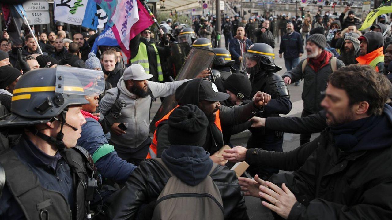 Ce lundi à Paris, des manifestants contre la réforme des retraites se sont rassemblés devant et dans la gare de Lyon.