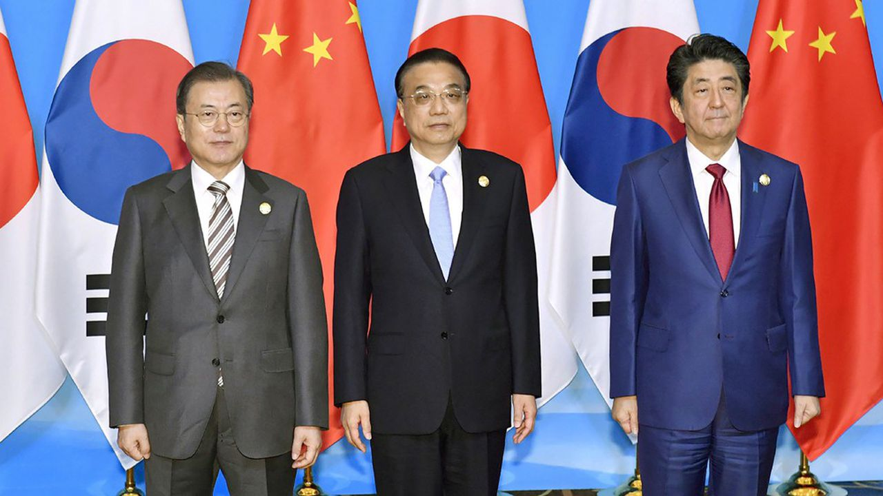 Le président sud-coréen, Moon Jae-in, et les Premiers ministres chinois, Li Keqiang, et japonais, Shinzo Abe, posent, mardi, avant l'ouverture de leur sommet organisé à Chengu, dans la province du Sichuan.