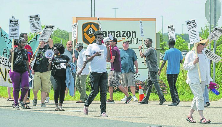 Chez Amazon, plusieurs milliers de salariés ont débrayé, cet été, dans les entrepôts pour dénoncer salaires et conditions de travail