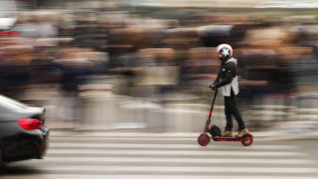 Un homme circule sur une trottinette personnelle. Une scène devenue ordinaire en France.