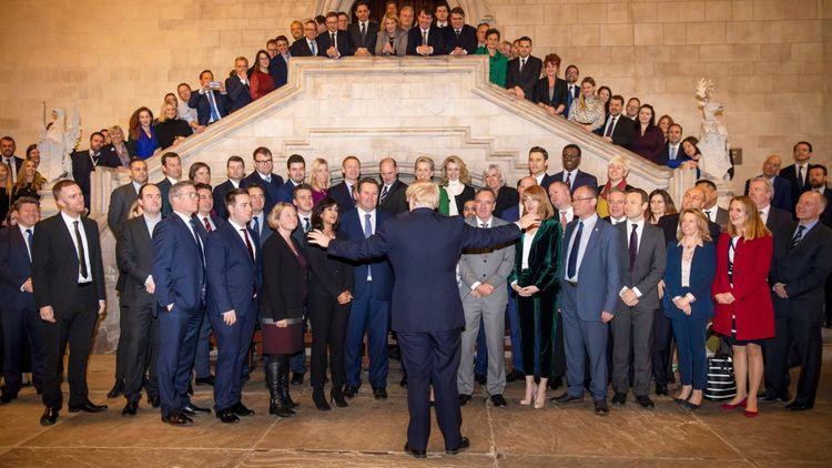 Boris Johnson accueille les députés conservateurs fraîchement élus.