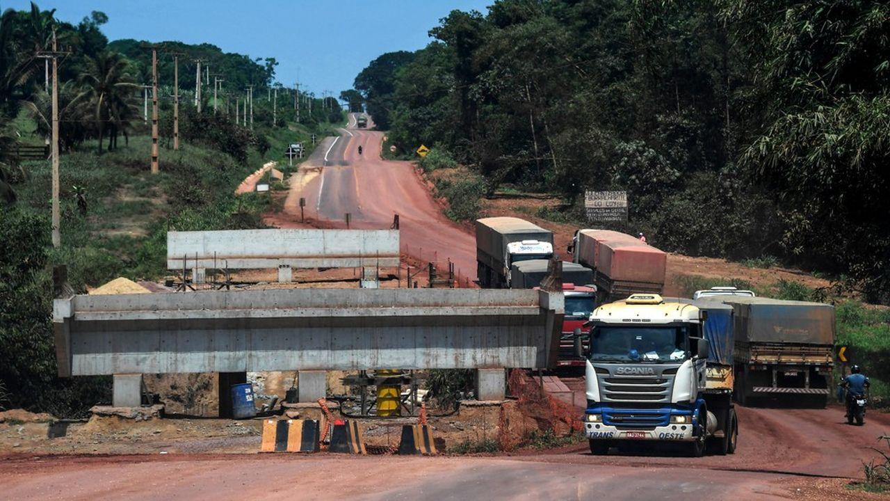 La forêt amazonienne est traversée par de grands axes routiers essentiellement fréquentés par des convois de poids lourds.