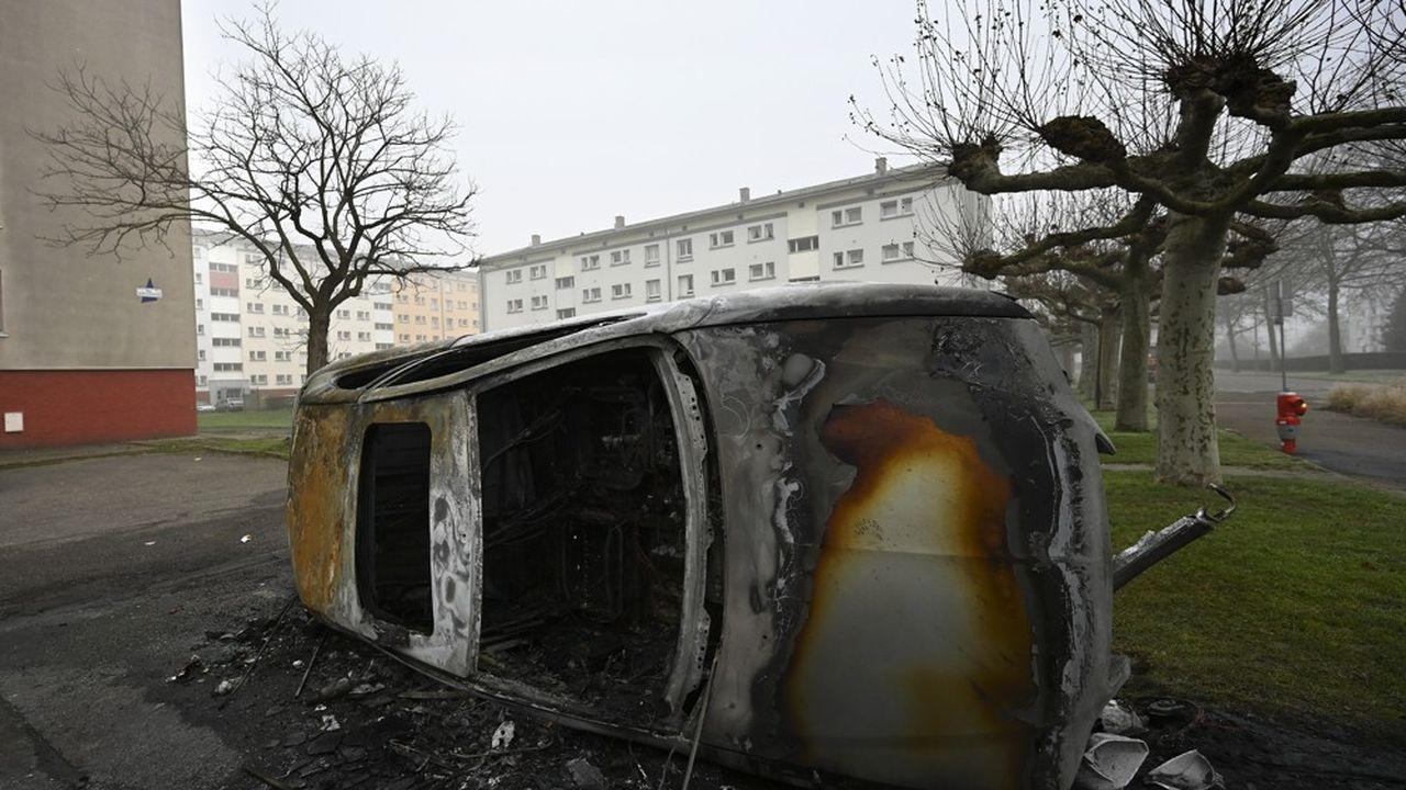 Une voiture brûlée pendant la nuit du nouvel an dans le quartier de Meinau, à Strasbourg.