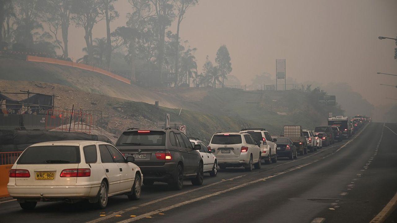 Des bouchons énormes se sont formés dèsjeudi sur les quelques routes encore ouvertes à la circulation dans la région de la côte sud, et les stations essence commencent à manquer de carburant.