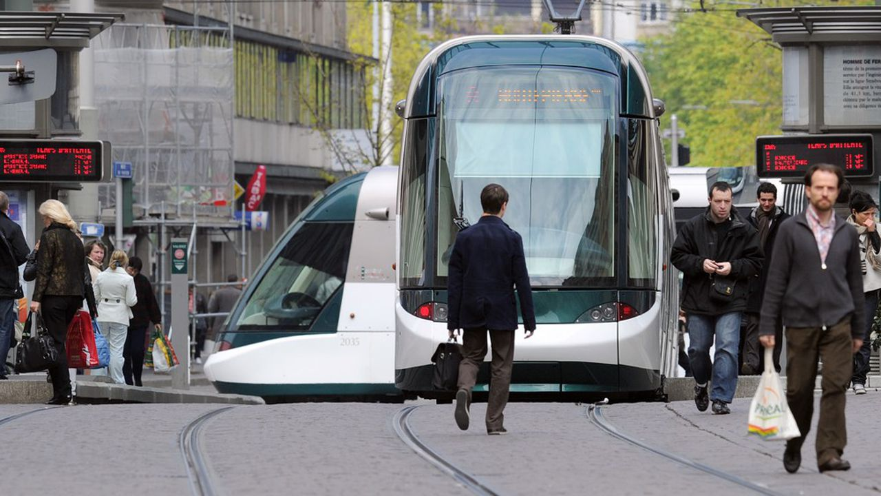 A picture shows a tram making its way along a street in Strasbourg, eastern France, on April 15, 2010. AFP PHOTO PATRICK HERTZOG (Photo by PATRICK HERTZOG / AFP)