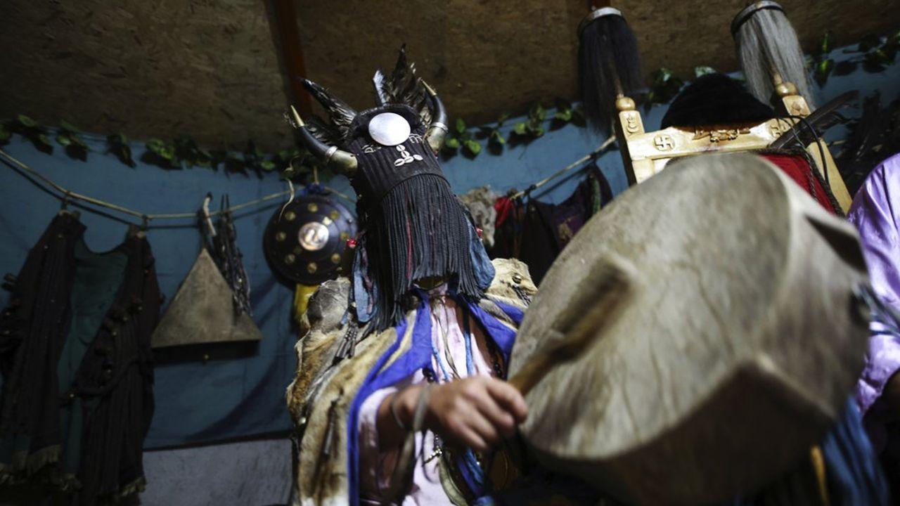 Une cérémonie chamanique en Mongolie, semblable à celle qu'a vécue l'inspiratrice du film « Un monde plus grand », Corine Sombrun, à l'occasion d'un séjour dans cette région au début des années 2000. Une expérience qui allait changer le cours de sa vie...