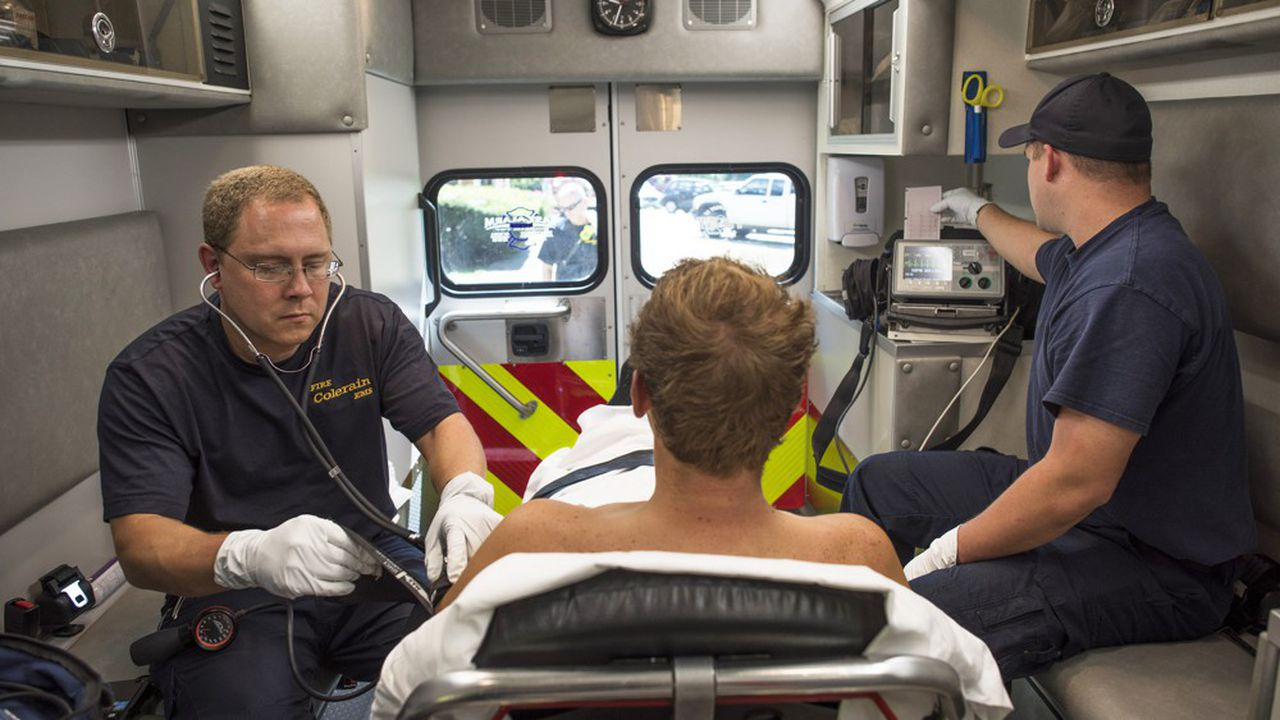 FILE - Medics tend to a patient in their ambulance in Colerain Township, Ohio, Sept. 1, 2016. Researchers found that patients at the worst American hospitals are 3 times more likely to die and 13 times more likely to have complications than if they visited one of the best hospitals, according to a study published in PLOS One on Dec. 14, 2016. *** Local Caption *** Medecins, ambulance, transport Photo d'archive 2016 HEALTH MEDICINE EMERGENCY FIRE RESCUE ADMISSIONS INSURANCE TREATMENT OUTCOMES NORTH AMERICA