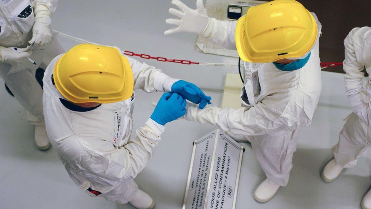 Des techniciens d'EDF travaillant à la centrale nucléaire de Fessenheim.